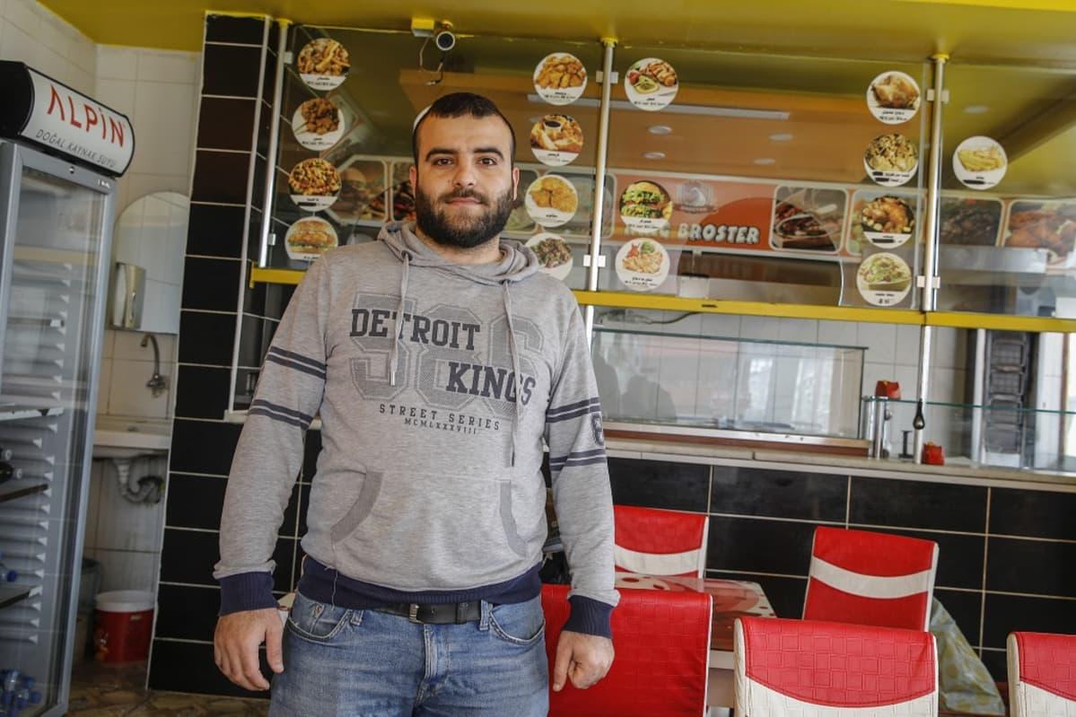 Syyrialaisessa pikaruokaravintolassa työskentelevä Mustafa Faido, 30, tuntee olevansa kotonaan Turkissa.