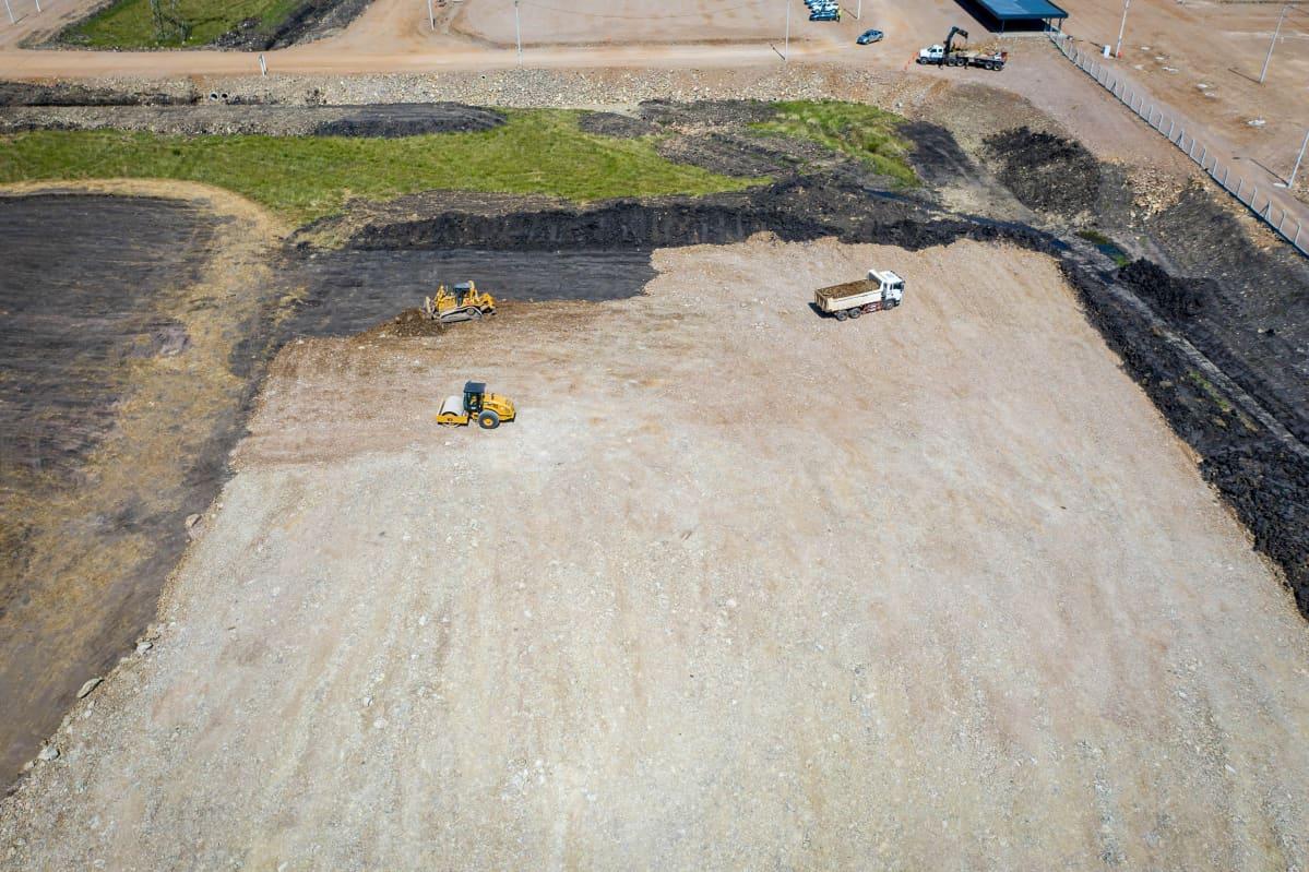 Maanmuokkaustöitä UPM:n tehdasalueella