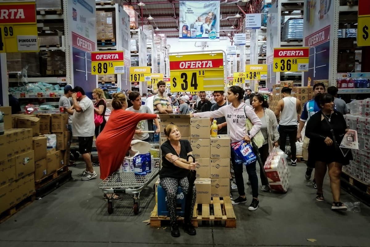 Supermarketissa Argentiinassa hamstrataan.