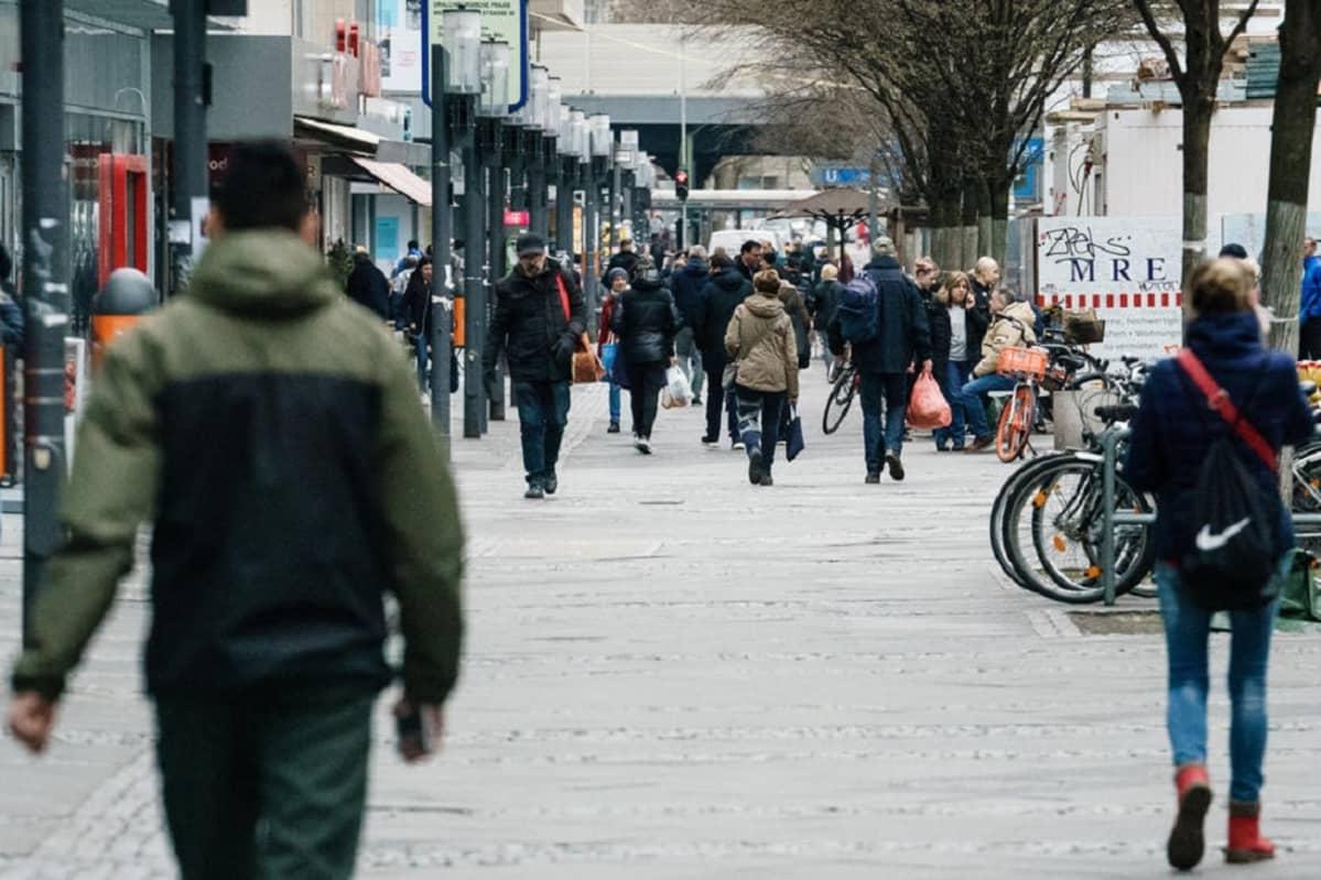Kuvassa ihmisiä berliiniläisellä kävelykadulla.