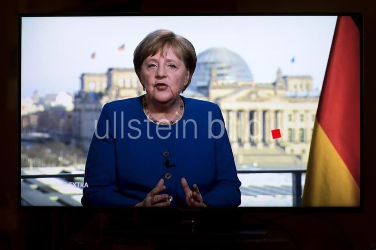 Kuvassa Angela Merkel pitämässä televisiopuhetta.