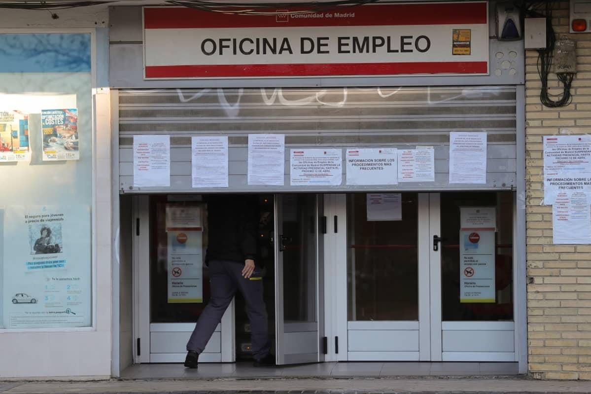 Mies menossa työttömyystoimistoon Madridissa.