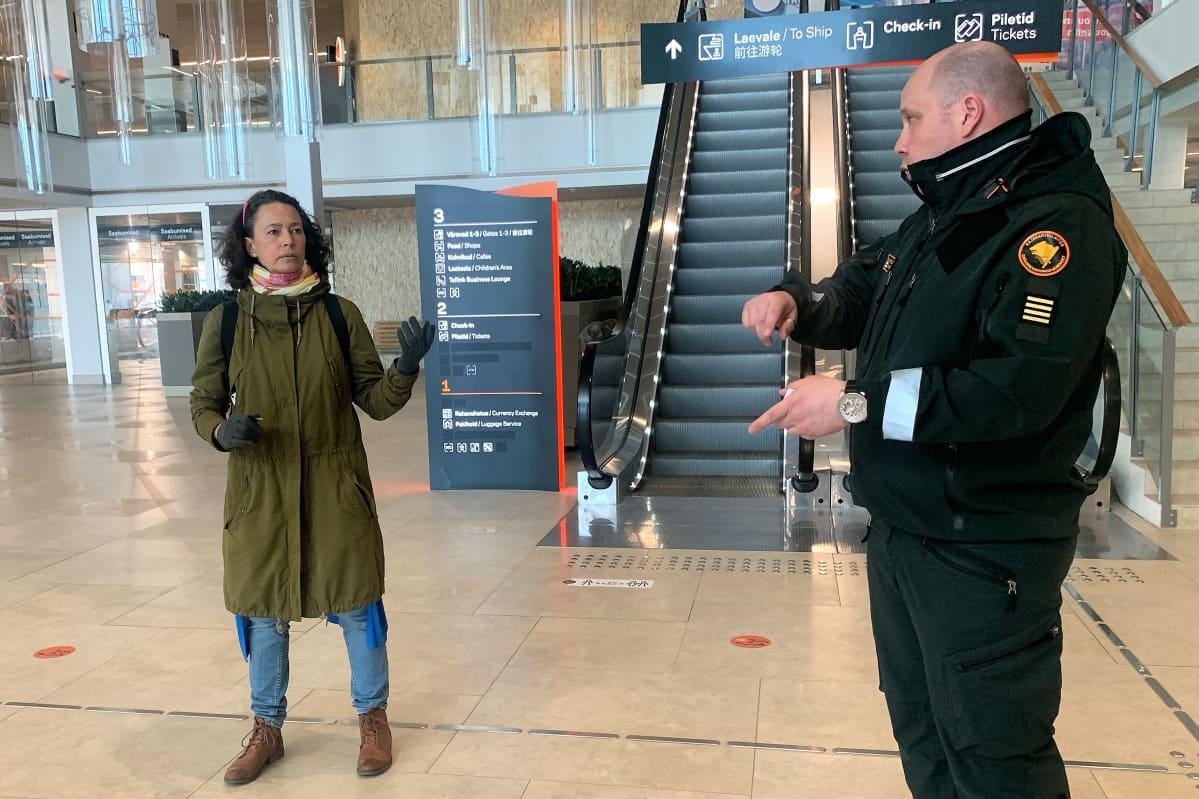 Maarja Vaitmaa kyseli Tallinnan satamassa Jani Tiihoselta neuvoja Suomen ja Viron välillä matkustamiseen liittyen.
