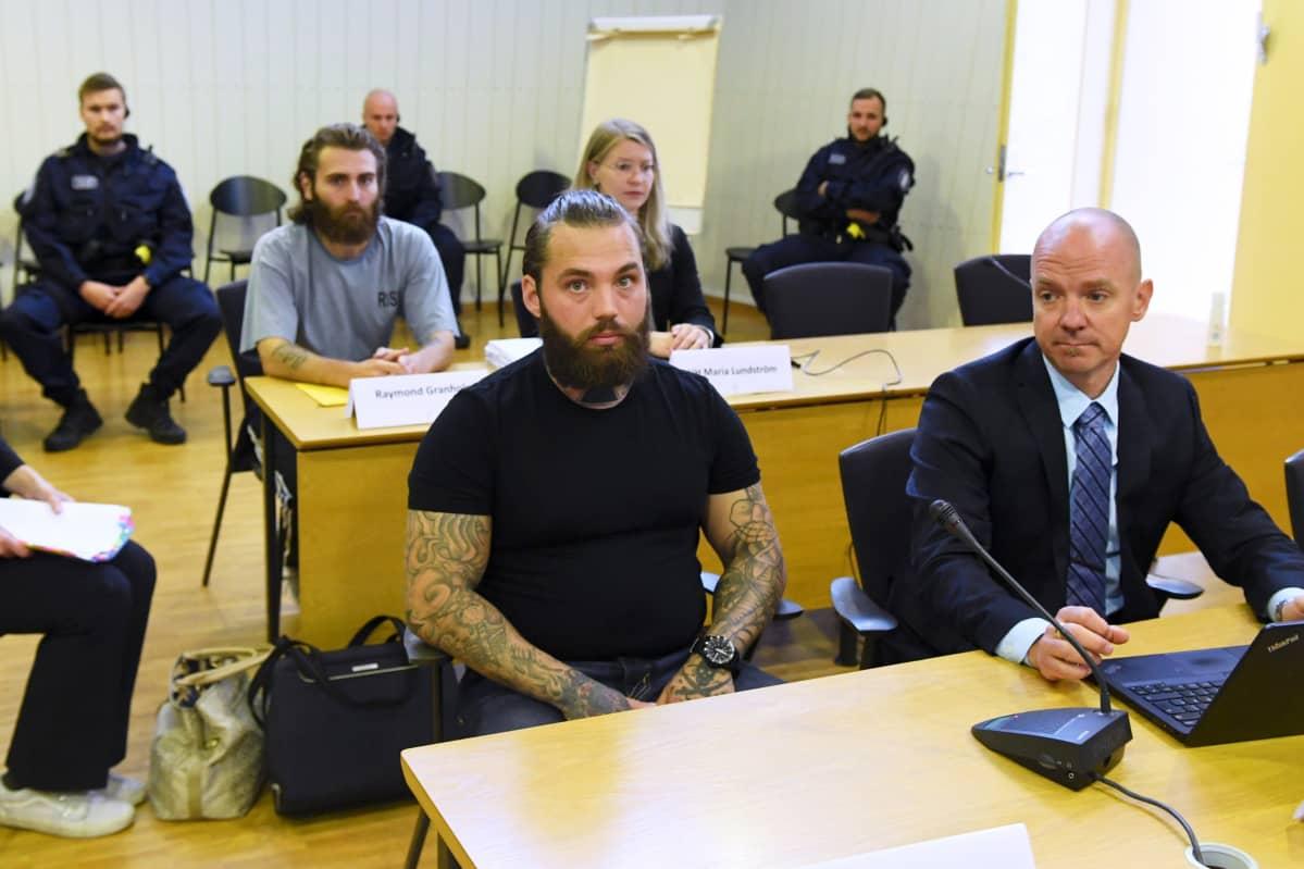 Ruotsalaisveljekset Raymond Granholm (vas.) ja Richard Granholm Porvoon ja Pirkanmaan poliisiampumisten pääkäsittelyssä Itä-Uudenmaan käräjäoikeuden Porvoon istuntopaikassa 7. syyskuuta