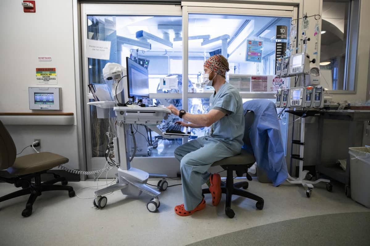 Koronapotilas saa hoitoa yhdysvaltalaisessa sairaalassa.