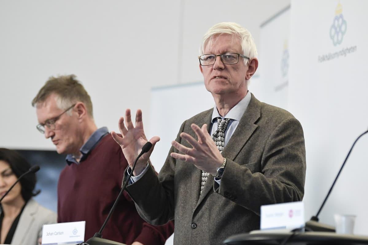 Johan Carlson lehdistötilaisuudessa, taustalla Tegnell.