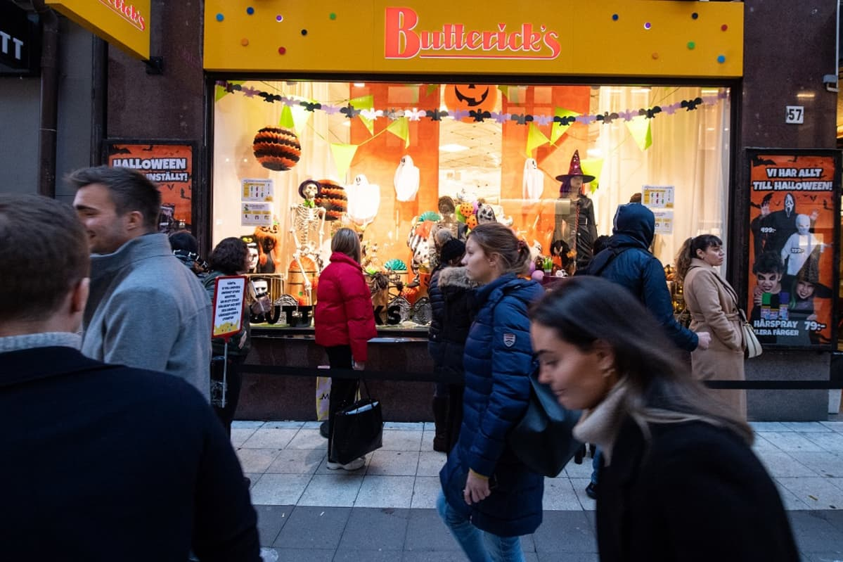 Ihmisiä liikkuu kävelykadulla Butterick's kaupan edustalla.