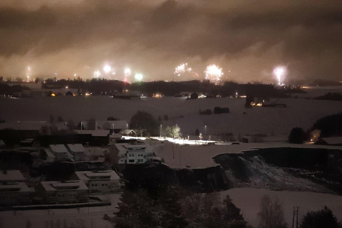 Ilotulitusraketit valaisivat Gjerdrumin maanvyöryaluetta keskiyöllä.