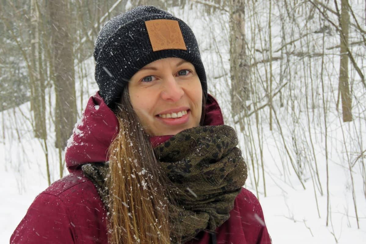 Katja Rönkä lumisessa  metsässä
