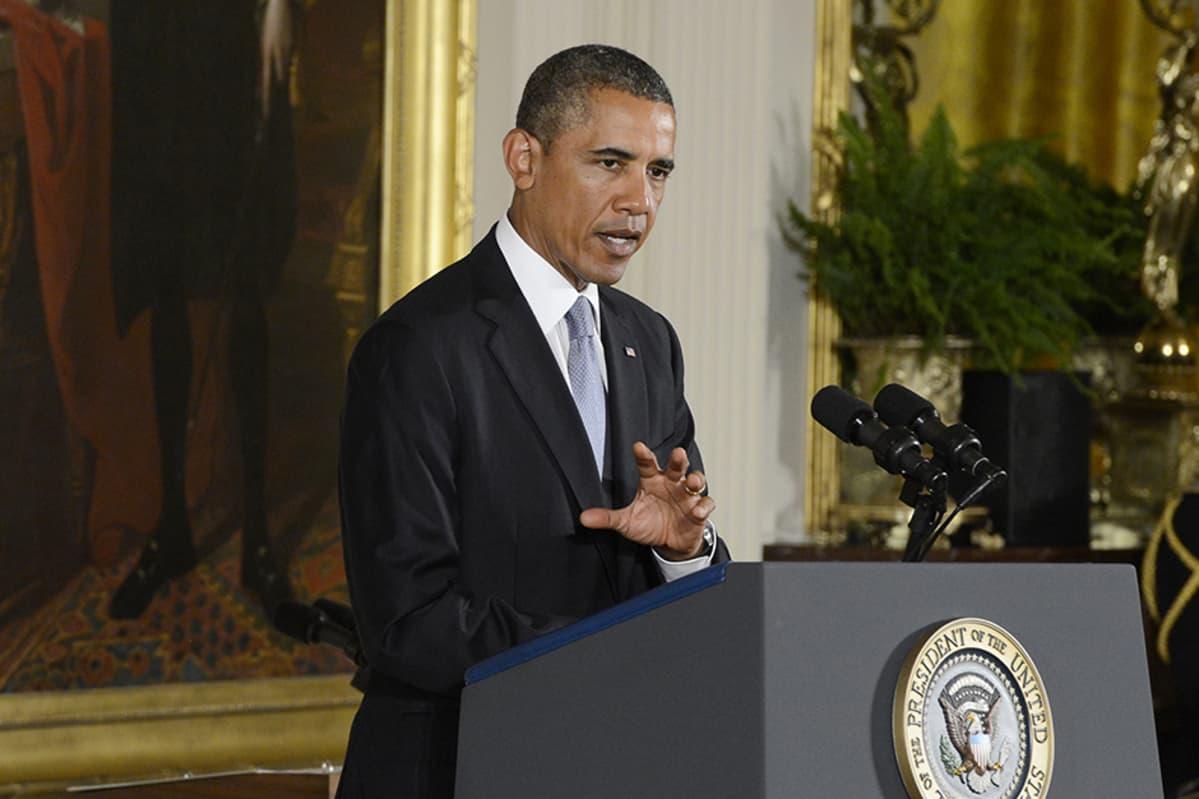 Barack Obama  pitää puhetta.