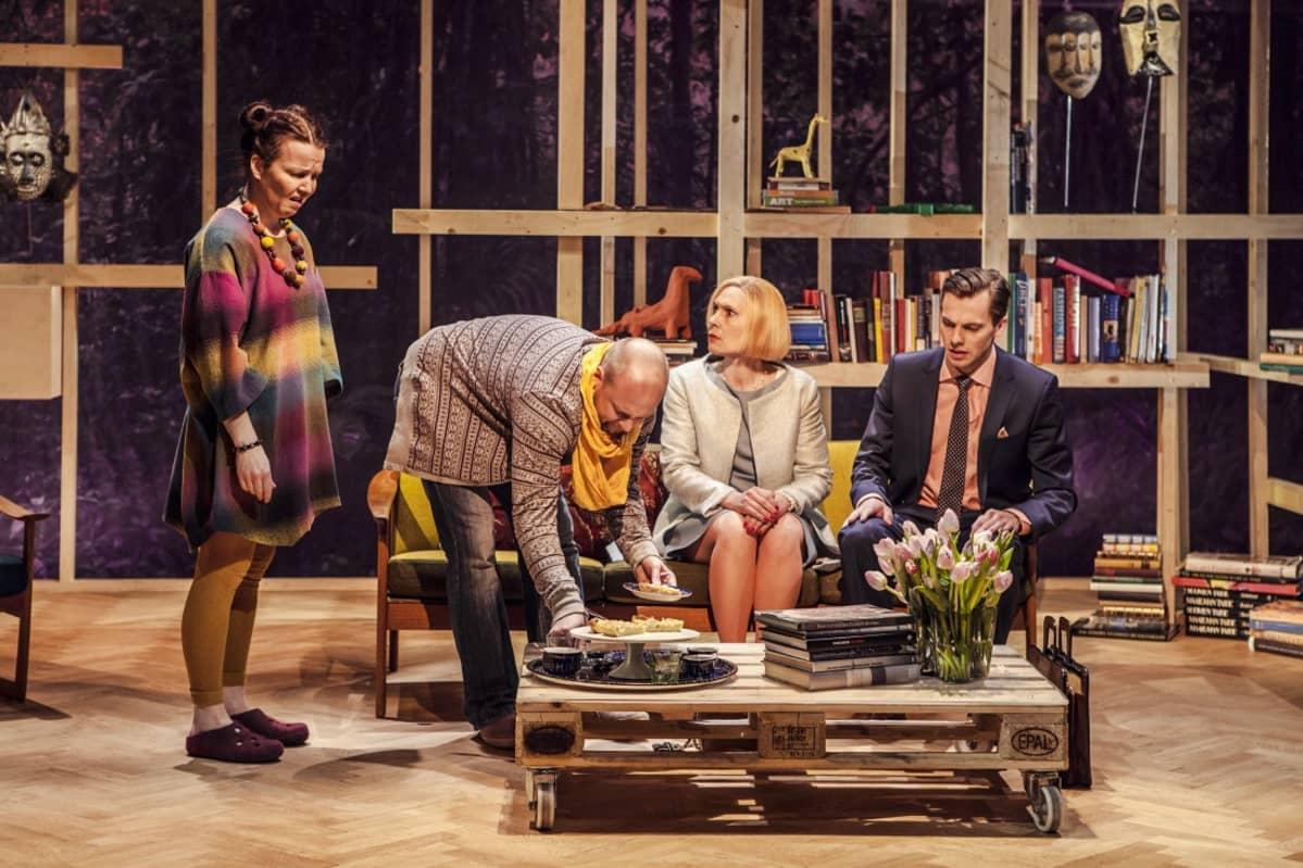 Mia Vuorela, Jani Johansson, Jelena Jokelin-Muilu ja Kai Bäckström Carnage-näytelmässä.