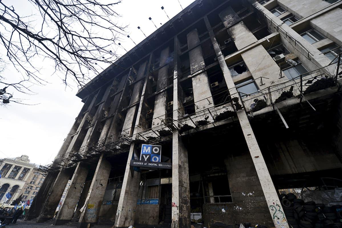 Protestien aikana palanut talo Kiovan keskustassa.