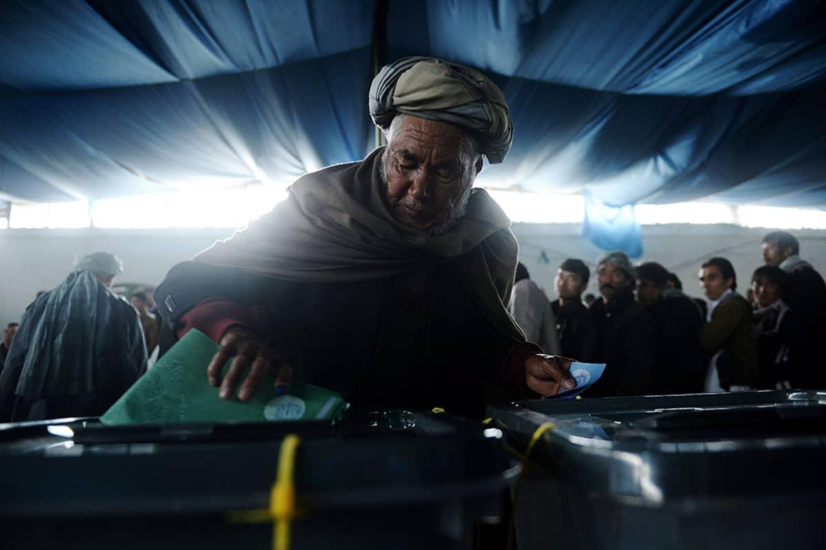 Afgaanimies äänesti maan presidentinvaaleissa 5. huhtikuuta.