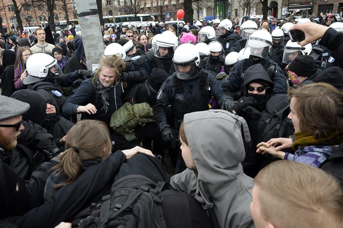 Poliisi ja mielenosoittajat nujakoivat.