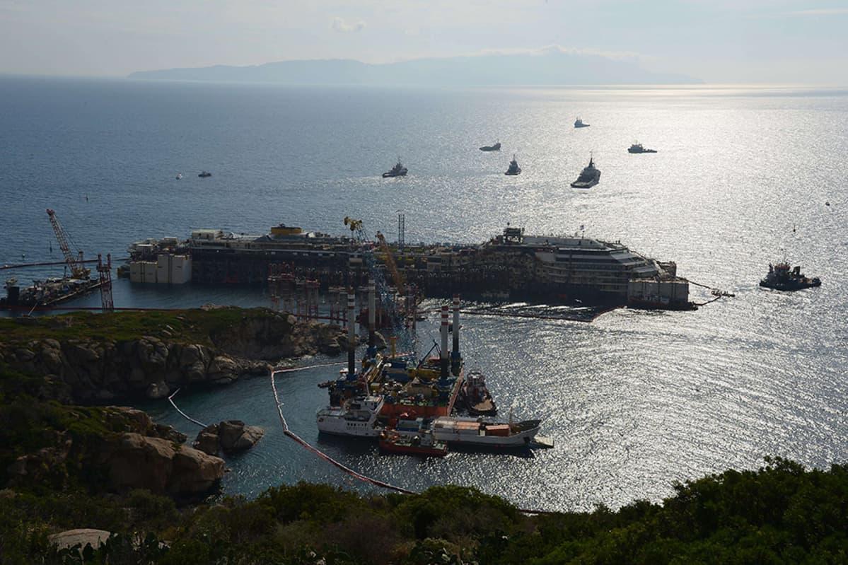 Costa Concordiaa nostettiin Giglion saaren edustalla 14. heinäkuuta 2014.