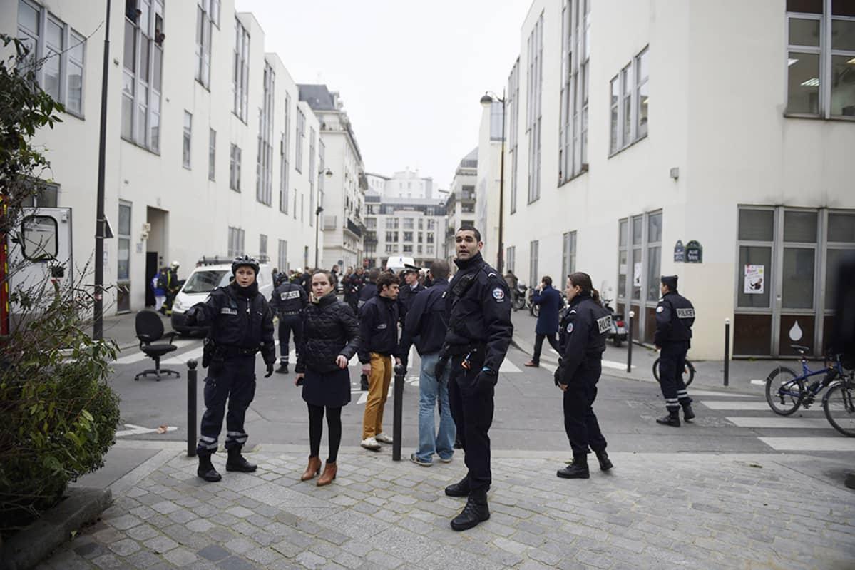 Poliiseja Charlie Hebdo -lehden toimituksen lähistöllä Pariisissa keskiviikkona.