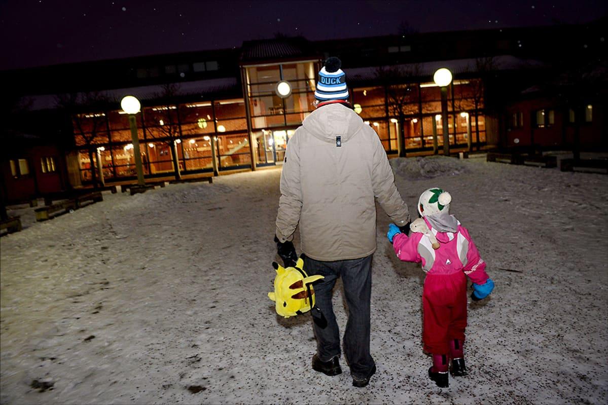 Helsinkiläisisä vei tyttärensä ilmoittautumaan seuraavan lukuvuoden ekaluokkalaiseksi Kotinummen ala-asteelle Helsingissä keskiviikkona 28. tammikuuta 2015.