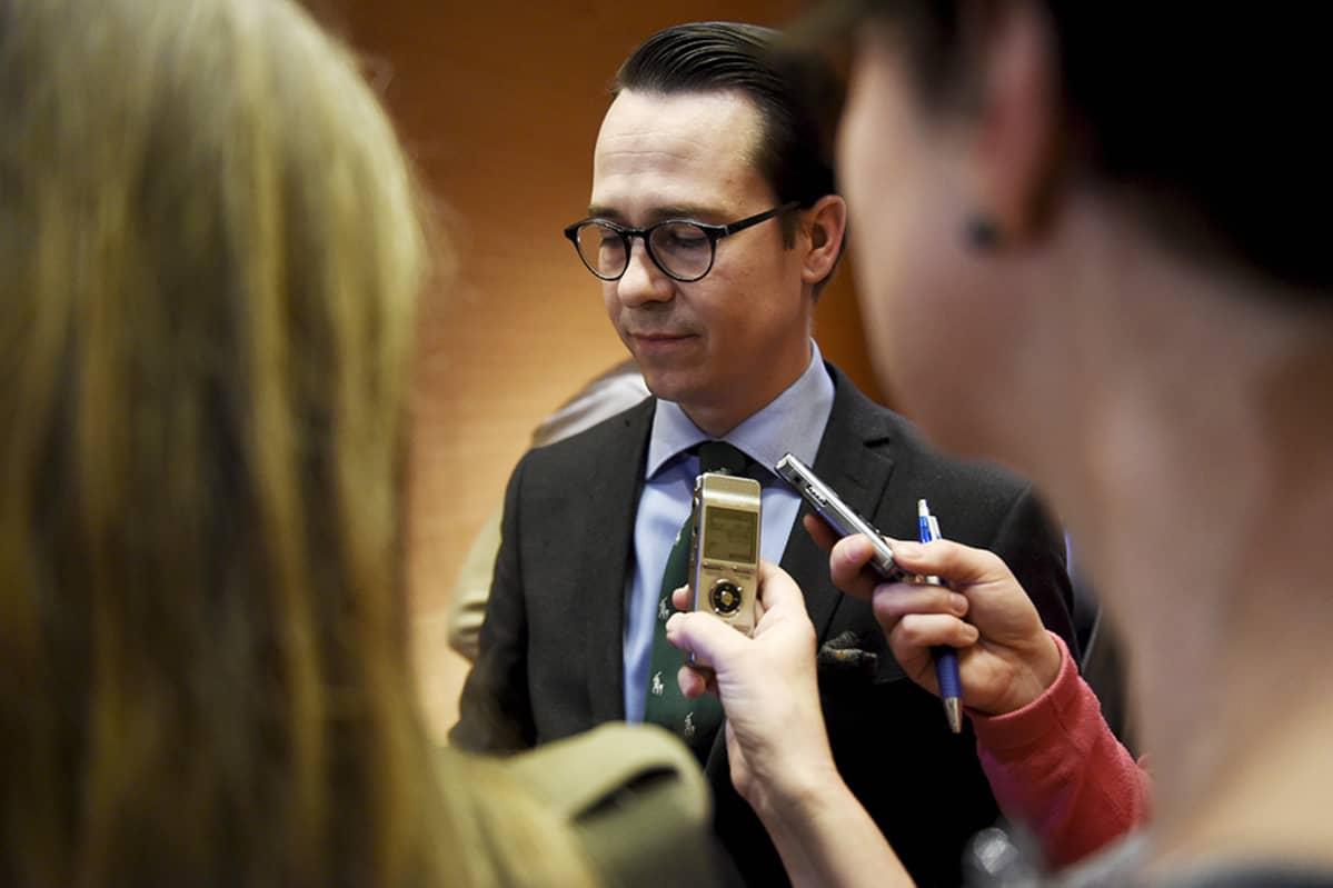 Oppositioon jäävän RKP:n puheenjohtaja Carl Haglund kommentoi hallituspohjaa tiedotustilaisuudessa eduskunnan Pikkuparlamentissa Helsingissä torstaina.
