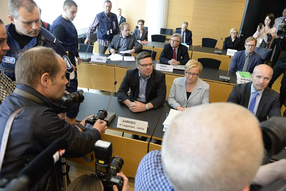 Jari Aarnio vierellään puolustusasianajaja Riitta Leppiniemi huumerikosepäilyjen pääkäsittelyssä joka alkoi syytteiden luvulla torstaina.