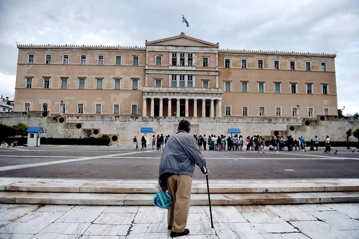 Vanha mies seisoo Kreikan parlamentin edustalla Ateenassa 27. kesäkuuta 2015.