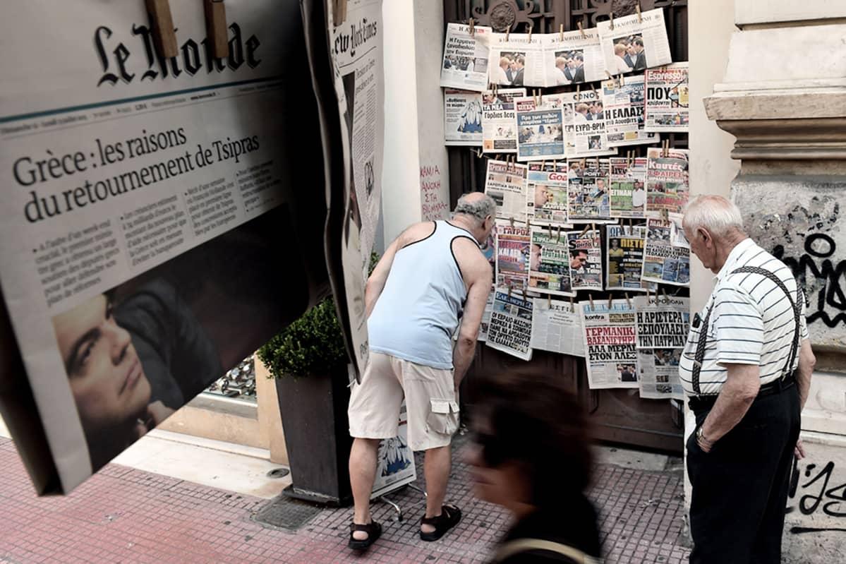 Ihmisiä lehtikioskilla Ateenassa 13. heinäkuuta 2015.