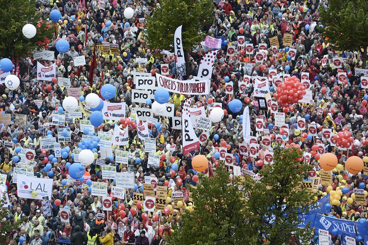 Mielenosoittajia STOP - Palkansaajajärjestöjen mielenilmauksessa Rautatientorilla Helsingissä 18. syyskuuta 2015.