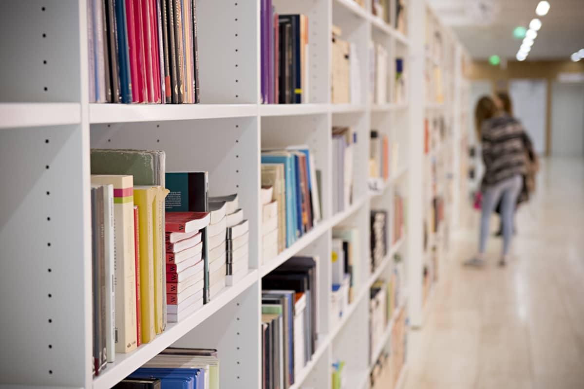 Opiskelijoita kirjastossa.