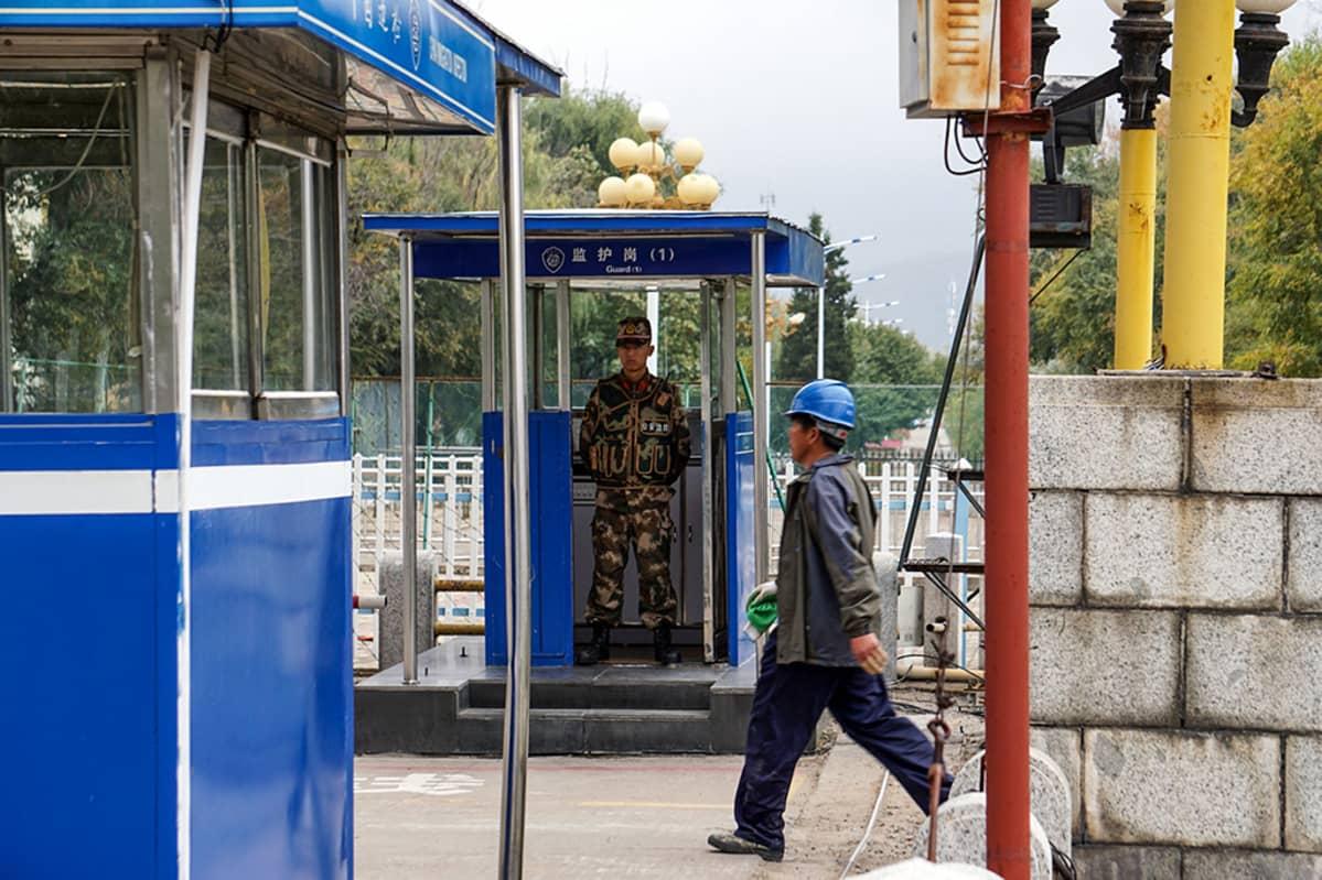 Kiinalainen rakennusmies palaa Kiinan ja Pohjois-Korean välisen rajasillan kautta Kiinan puolelle.