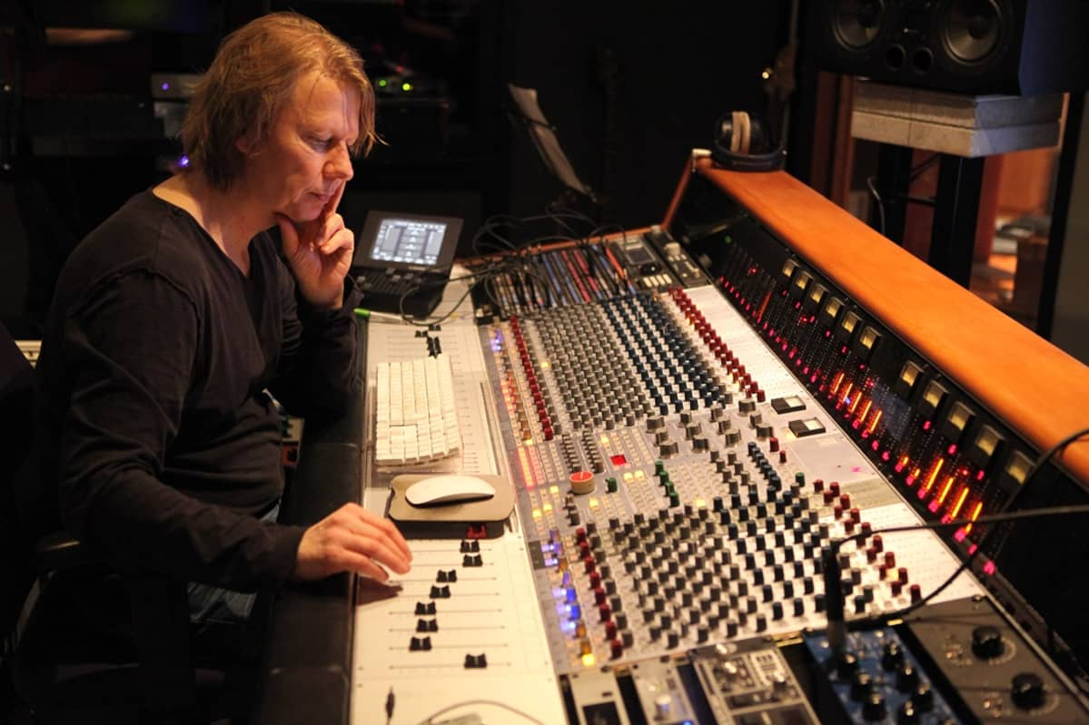 Janne Kettunen istuu äänityspöydän ääressä