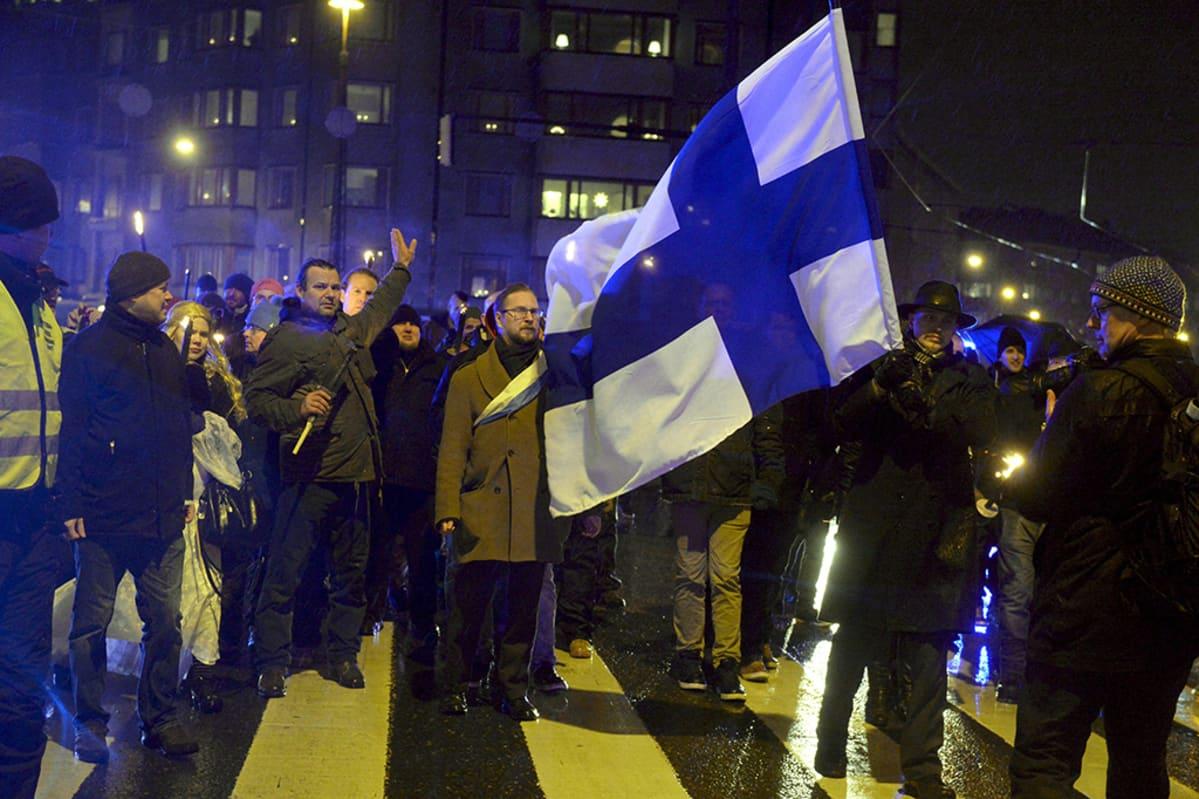612.fi-yhdistyksen soihtukulkue marssi Helsingin Töölöntorilta kohti Hietaniemen sankarihautausmaata itsenäisyyspäivänä 6. joulukuuta 2015.