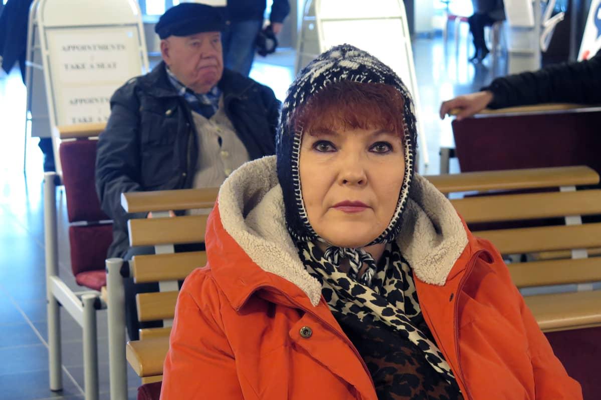 Maire Marjanen odottaa vuoroaan.