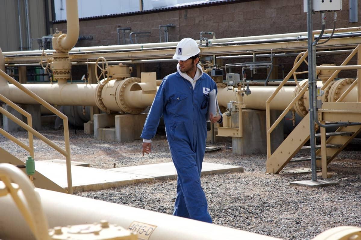 Työntekijä Aliso Canyonin kaasunvarastointialueella.