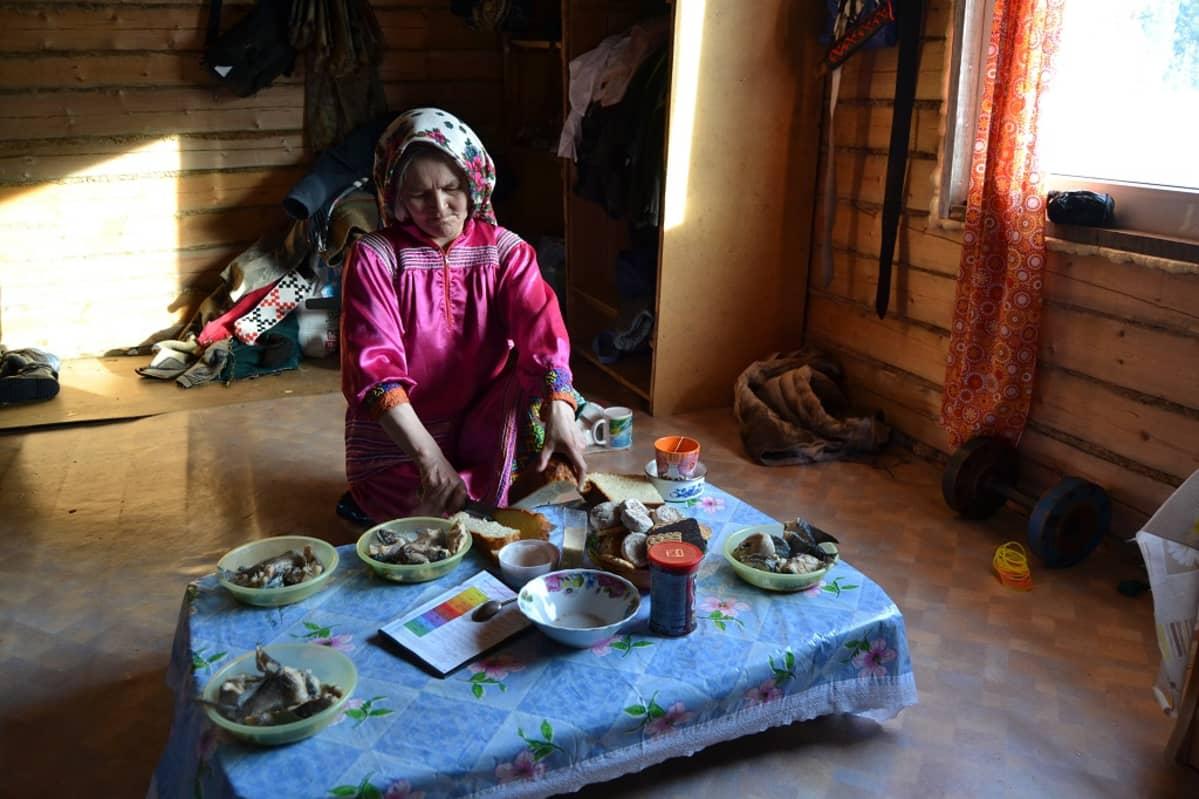 Russkinin perhe elää varsin omavaraisesti. Äiti Zoja Russkina kertoo, että kaupasta hankitaan vain kahvi, tee ja sokeri sekä leivän leipomista varten suola ja jauhot.