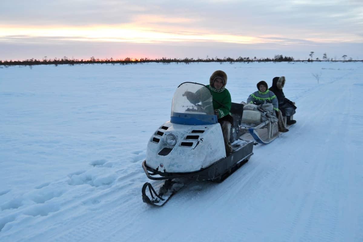 Pohjoisen alkuperäiskansat saavat öljy-yhtiöiltä korvaukseksi maankäytöstä muun muassa moottorikelkkoja ja polttoainetta.