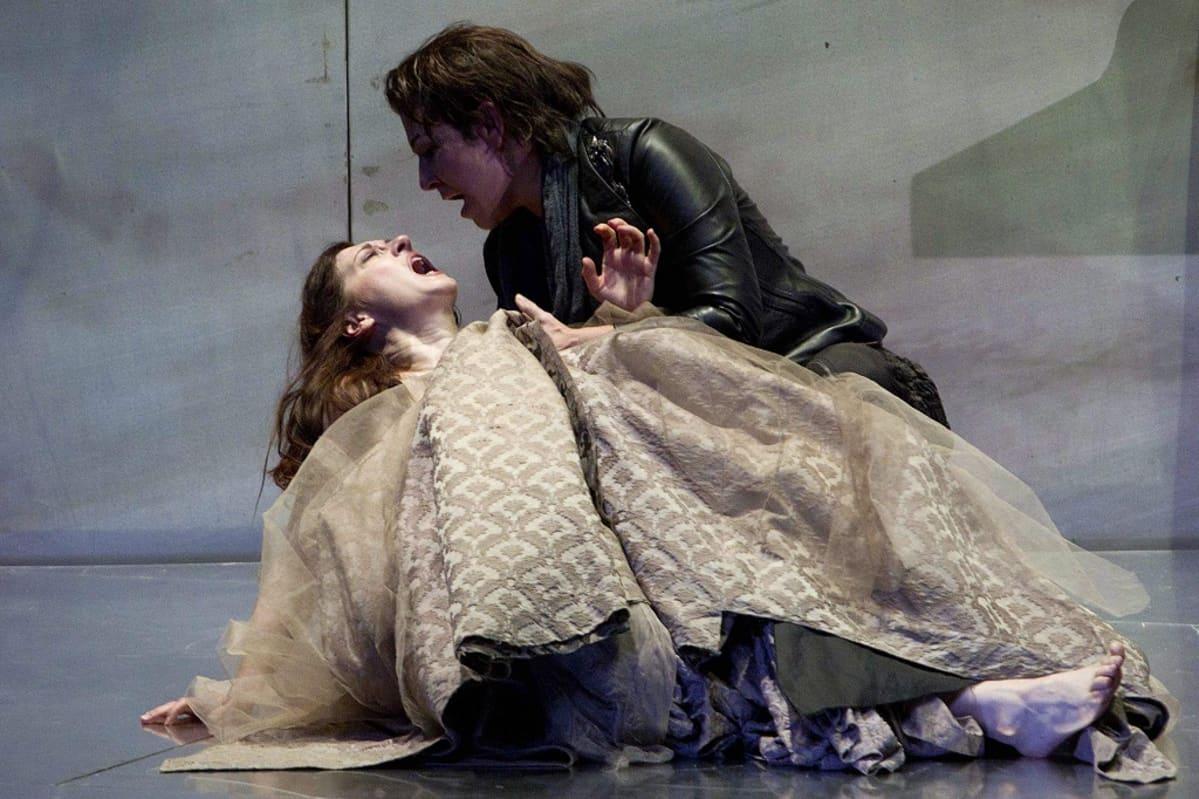 Joyce DiDonato ja Patrizia Ciofi syleilevät kiihkeässä kohtauksessa.