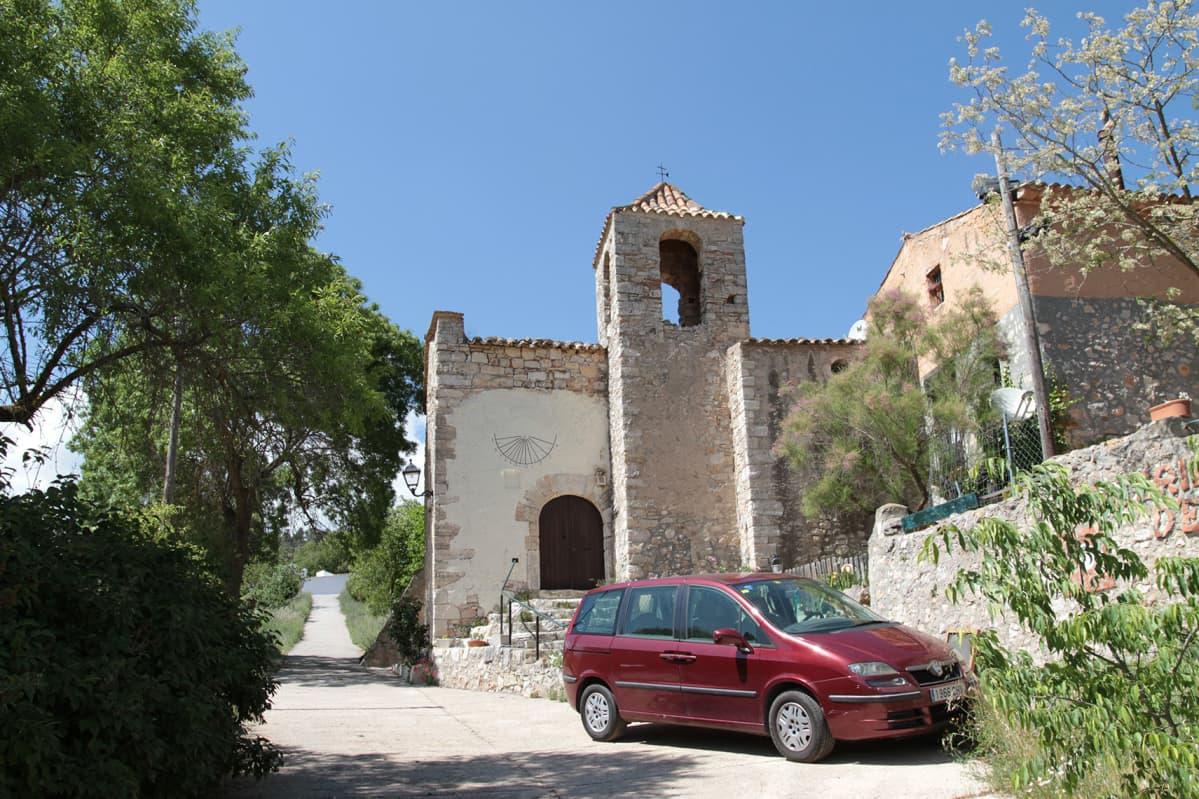 Punainen auto vanhan kirkon edessä. Esbladan yhä toiminnassa oleva kirkko on alkujaan 1300-luvulta.