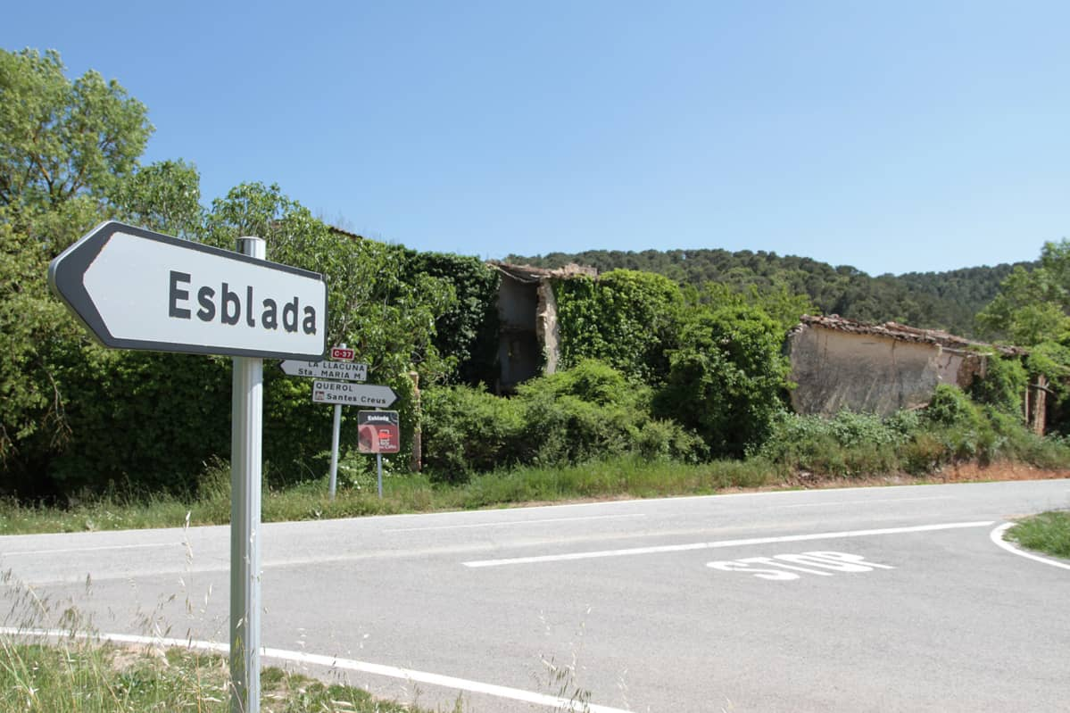 Tuore nimikyltti osoittaa kylän asuttua osaa kohti. Esbladassa asuu tällä hetkellä kaksi ihmistä.