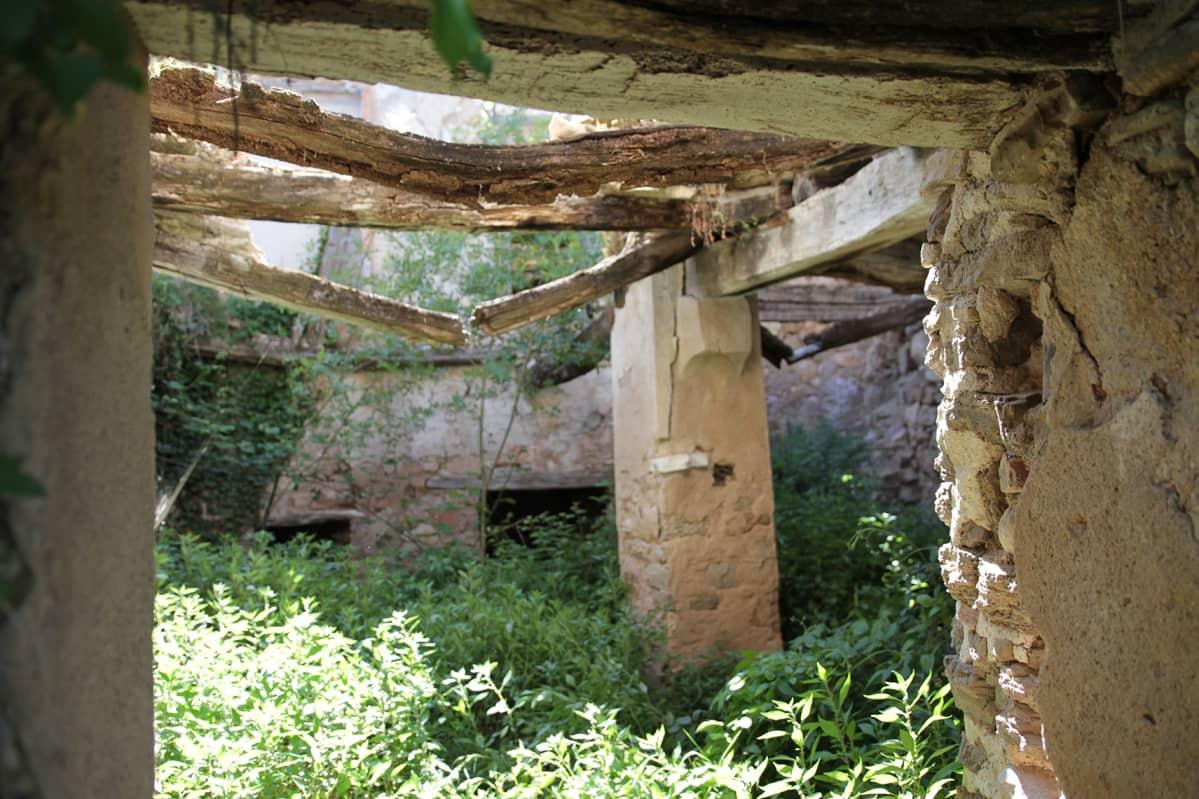 Rauniotalo sisältä kuvattuna. Vanhan kylän kauppa tuo velvoitteita ostajalle, jonka on usein sitouduttava kunnostukseen.