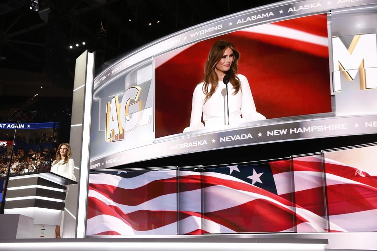Melania Trump puhujanpöntössä.