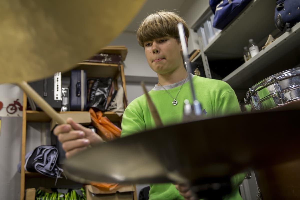 Mooses Kuloniemi soittaa rumpuja myös perheensä bändissä Honey B.Familyssa.