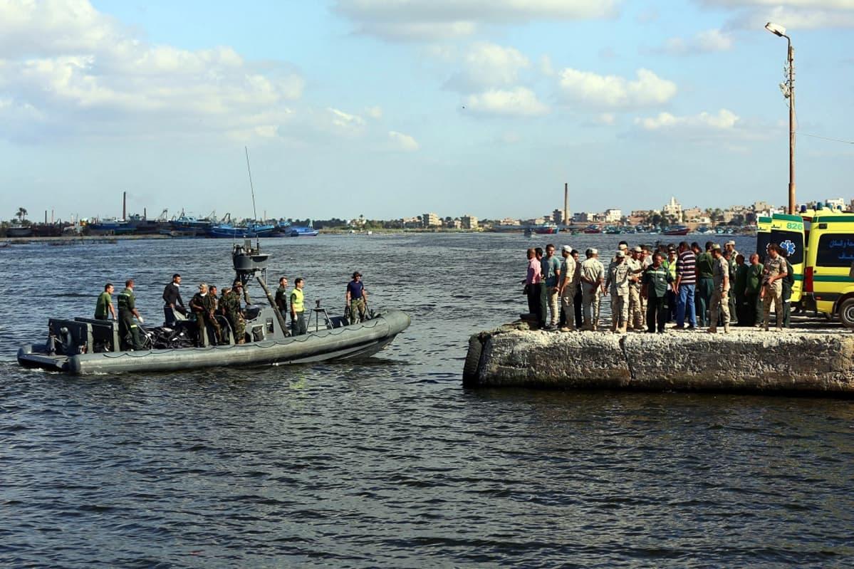 Egyptin armeijan alus toi merestä nostettuja vainajia maihin Rosettan satamakaupunkiin