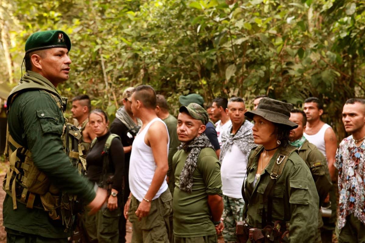 FARC-sissejä leirillä.