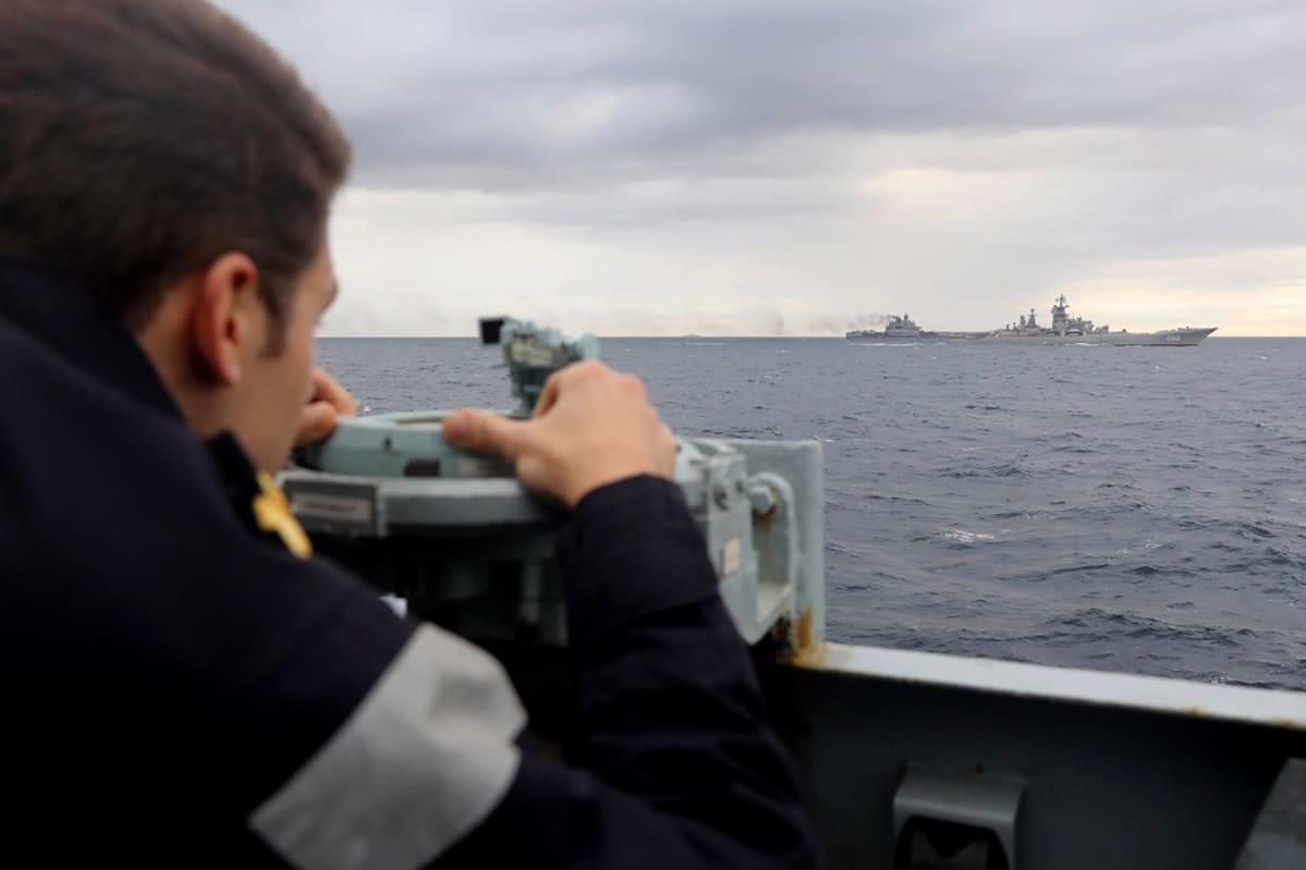 merimies katselee laivoja