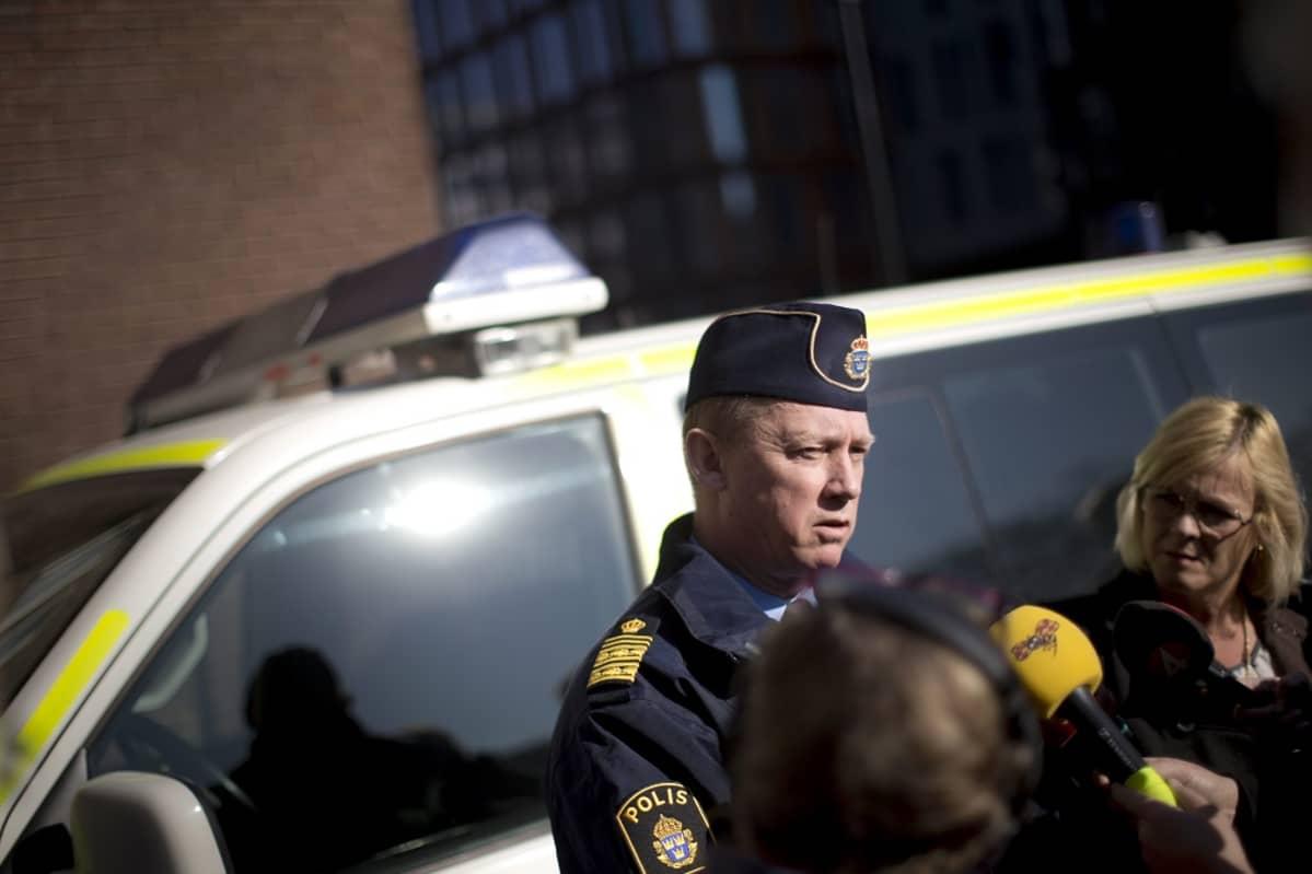 Ruotsin poliisi seisoo poliisiauton edessä antamassa haastattelua Göteborgissa.