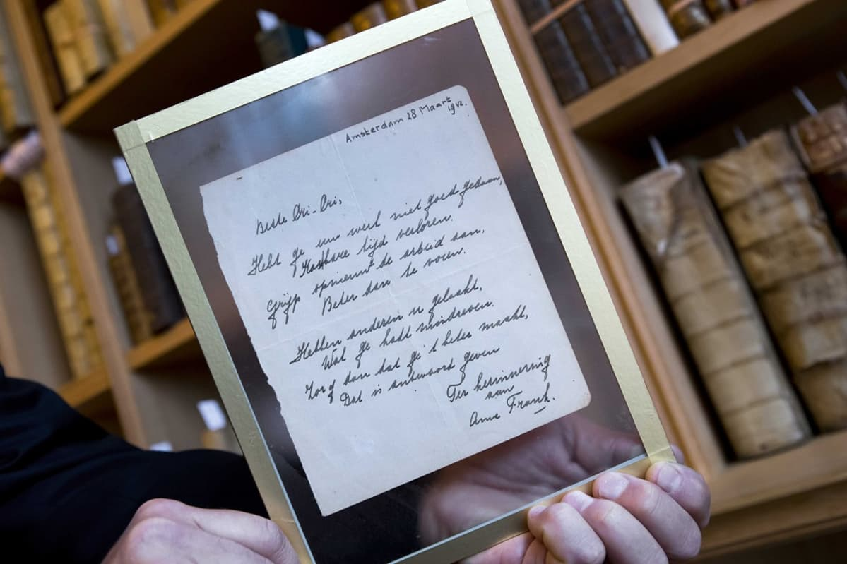 Harvinainen käsinkirjoitettu runo Anne Frankilta, se on päivätty 28. maaliskuu 1942 eli hän oli kirjoittanut sen vähän ennen kuin piiloutui perheensä mukana natsien vainoja. Kirje myyytiin huutokaupassa Hollannissa 22. marraskuuta 2016.