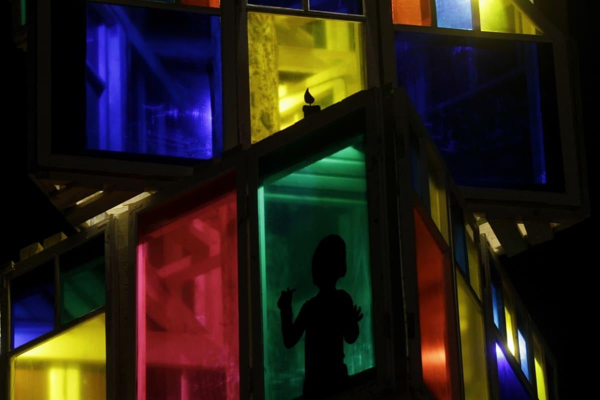 Rakveren kaupungin 12 metriä korkea joulukuusi-installaatio.