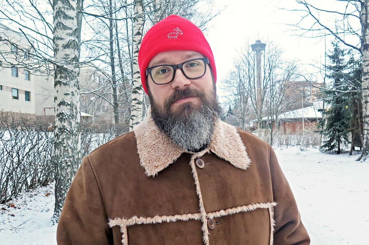 Antoni Savander seisoo puistotiellä, tautalla Näsinneula.
