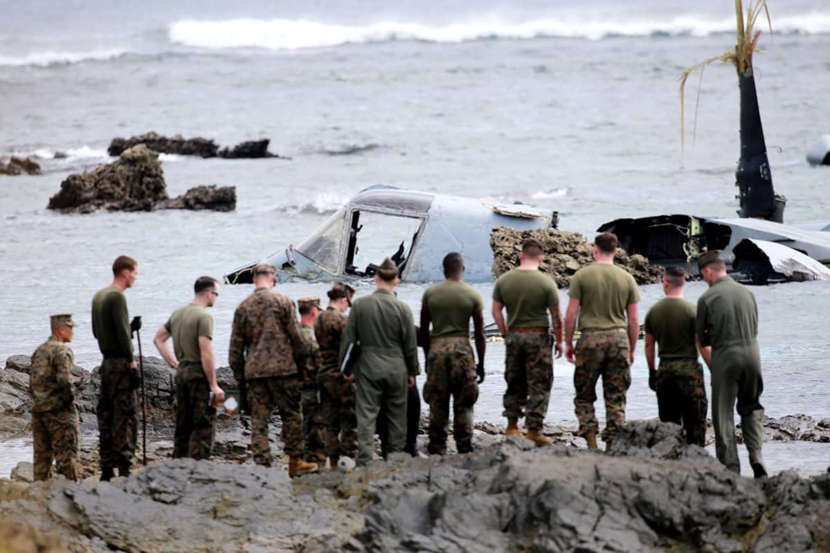 Yhdysvaltalaisjoukkoja MV-22 Osprey -koneen hylyn luona Okinawan rannalla.