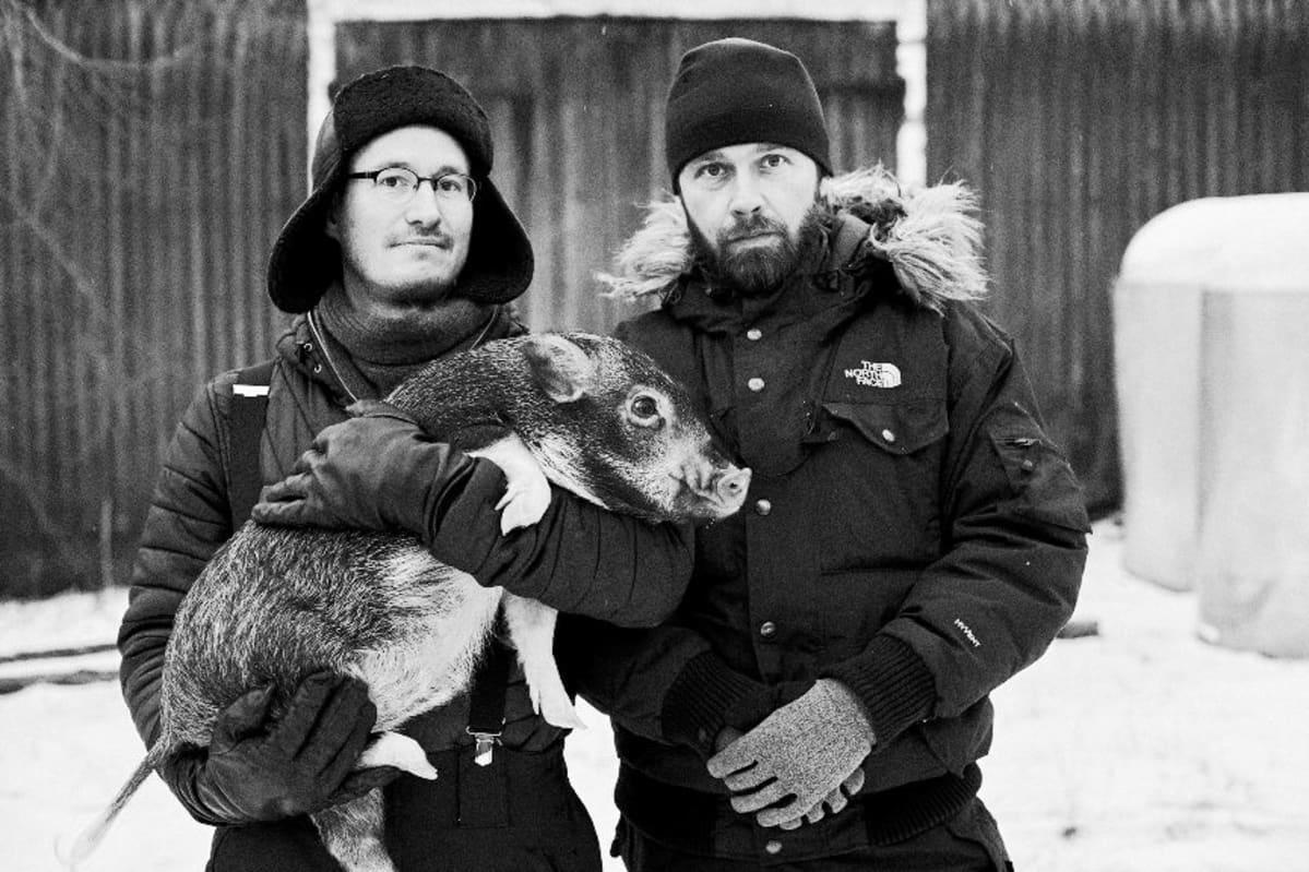 Ohjaaja Juho Kuosmanen, kuvaaja J-P Passi ja Iiro-possu Salaviinanpolttajat -elokuvan kuvauksissa