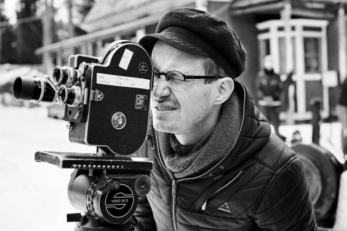 Elokuvaohjaaja Juho Kuosmanen kameran takana Salaviinanpolttajat-elokuvan kuvauksissa